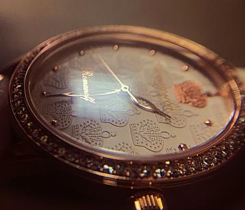 Персонализация на стекле часов